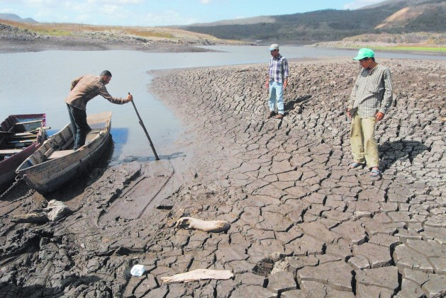 The Las Canoas lake in Tipitapa, near Managua, dries up every time Nicaragua is visited by the El Niño phenomenon, leaving local people without fish or water for their crops. Credit: Guillermo Flores/IPS